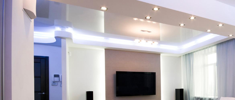 Kvalitní a studeně zabarvené osvětlení obývacího pokoje LED pásky